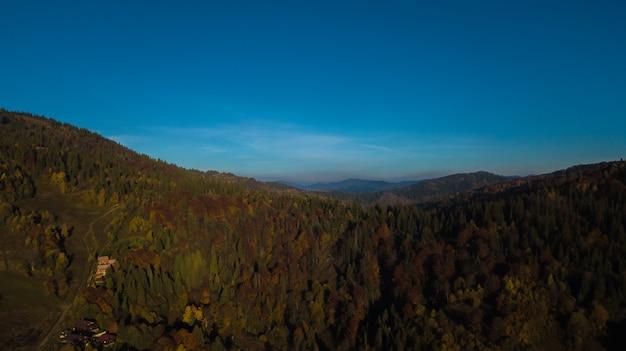 Mountines dos cárpatos com céu azul