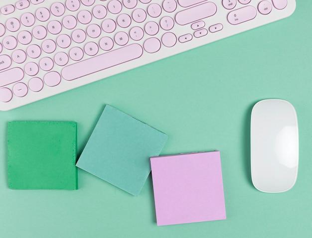 Mouse ao lado de notas auto-adesivas mock up