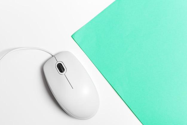 Mouse de computador em um fundo de papel turquesa