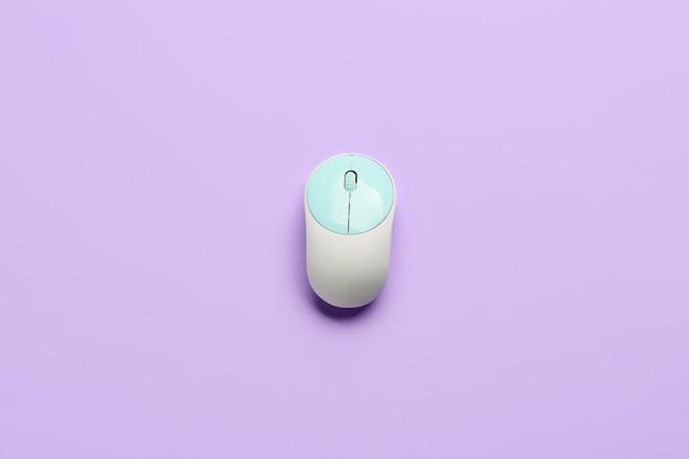 Mouse de computador moderno em superfície colorida