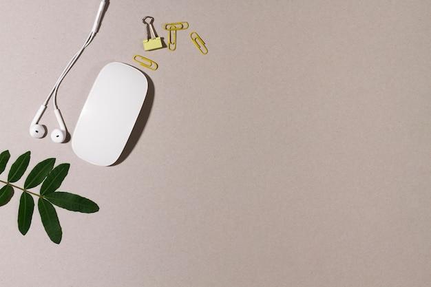 Mouse de computador rodeado por material de escritório