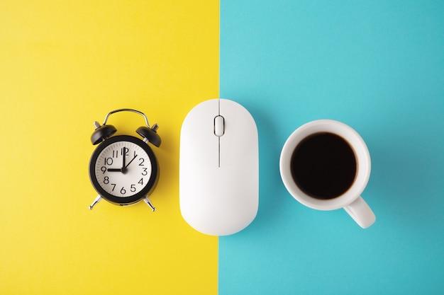Mouse sem fio branco com relógio e xícara de café