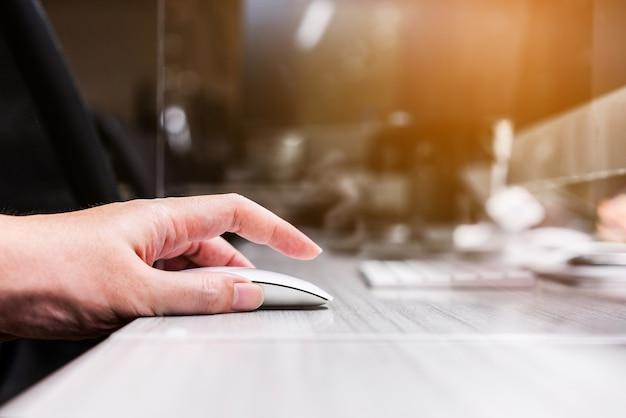 Mouse sem fio de clique manual com ajuste de separador de acrílico plexiglass na mesa da estação de trabalho.