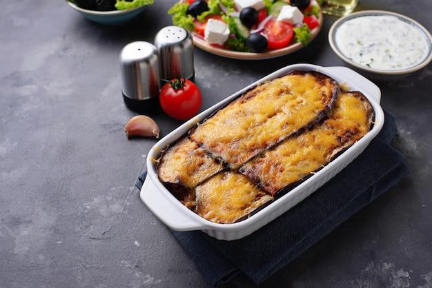Moussaka grega tradicional com beringela