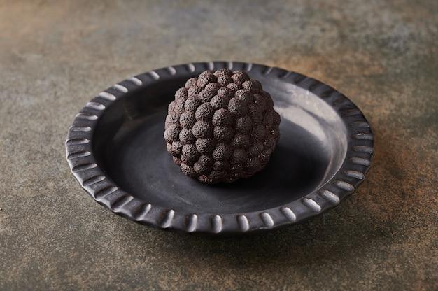 Mousse de amora silvestre de sobremesa original de acordo com a ideia dos confeiteiros franceses