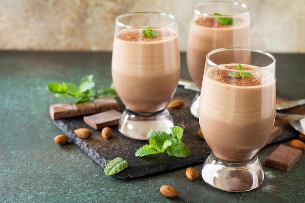 Mousse de chocolate amargo caseira sobre fundo de pedra ou ardósia copie o espaço