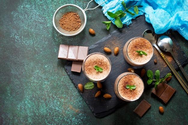 Mousse de chocolate caseira sobre fundo de pedra ou ardósia copie o espaço