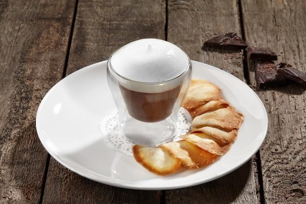 Mousse de chocolate com claras de ovo batidas e biscoitos de manteiga
