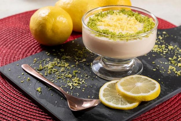 Mousse de limão em tigela de cristal com raspas de limão.
