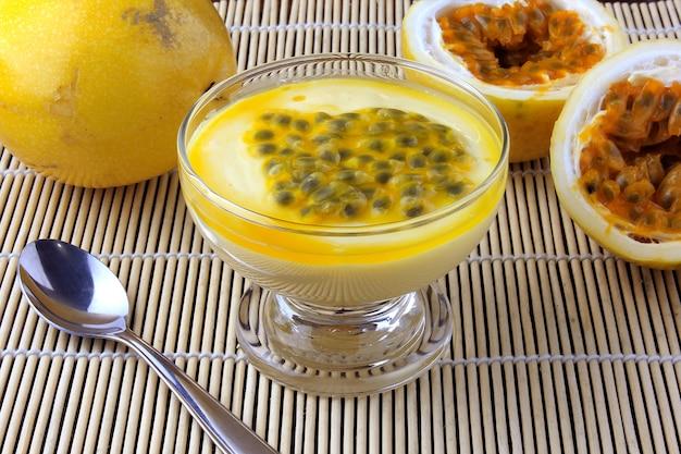 Mousse de maracujá de sobremesa em uma tigela de vidro na mesa de madeira rústica