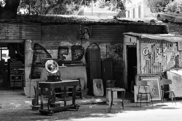 Móveis antigos em preto e branco