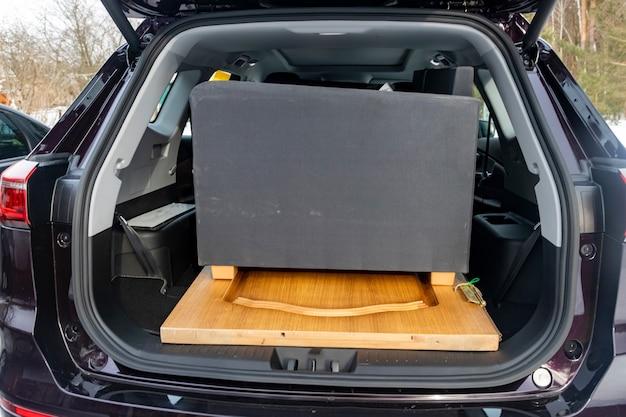 Móveis antigos no volume do porta-malas do carro de passageiros suv grande sem pessoas
