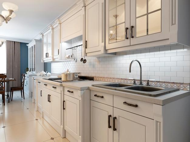 Móveis brancos na cozinha mediterrânea.
