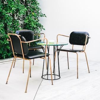 Móveis com cadeira vazia e mesa