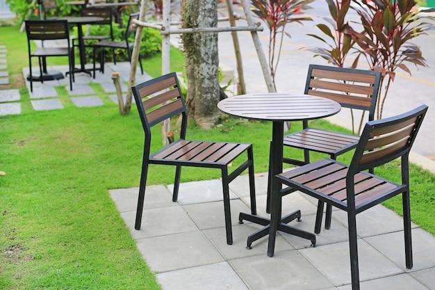 Móveis de jardim. tabela e cadeira de madeira no parque natural.