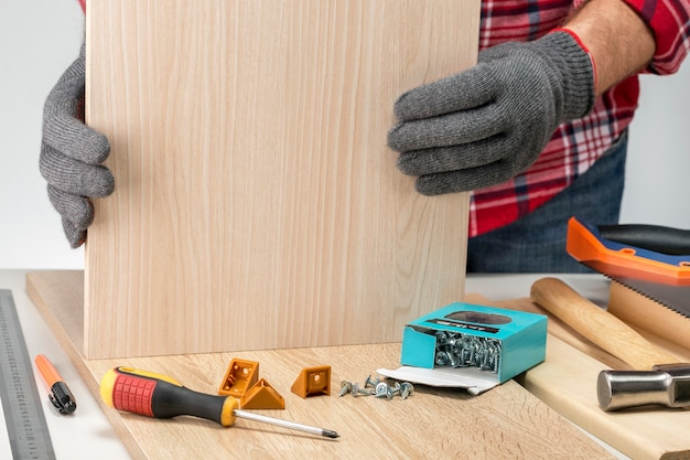 Móveis de montagem de carpinteiro em casa. novo negócio. faça você mesmo o conceito.