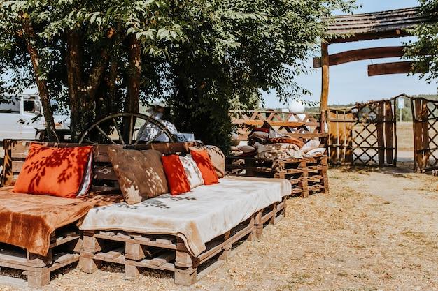 Móveis de paletes na aldeia. área de relaxamento rústica na fazenda no verão. interior