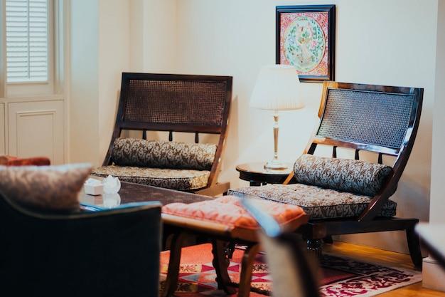 Móveis em um quarto interior