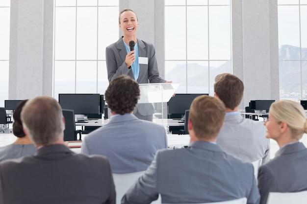 Móveis empresário de trabalho de apresentação do monitor