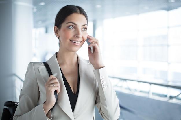 Móvel, negócio, senhora, falando, telefone