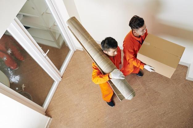 Movendo homens entregando coisas domésticas
