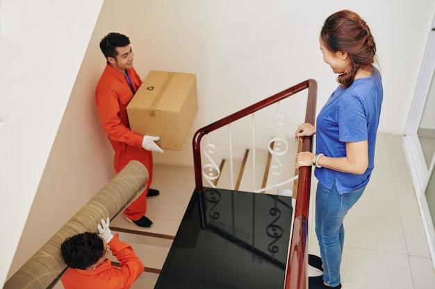 Movers carregando coisas no apartamento novo