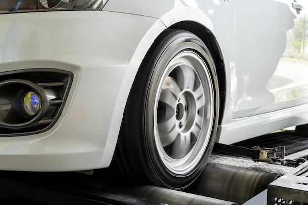 Movimentação da roda dianteira do desempenho do carro do teste do dinamômetro