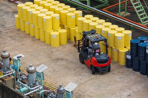 Movimentação de empilhadeira de barris de óleo de vista superior para o caminhão de transporte.
