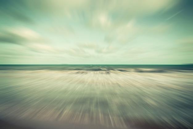 Movimento abstrato em nuvens turvas de céu azul e marinho.