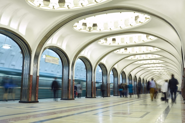 Movimento borrado de passageiros na estação de metro.