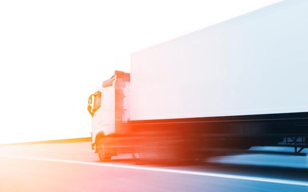 Movimento de aceleração de semi-caminhão dirigindo na estrada indústria transporte de carga de caminhão de carga