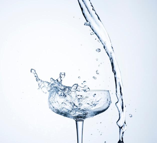 Movimento de água realista em close-up de vidro