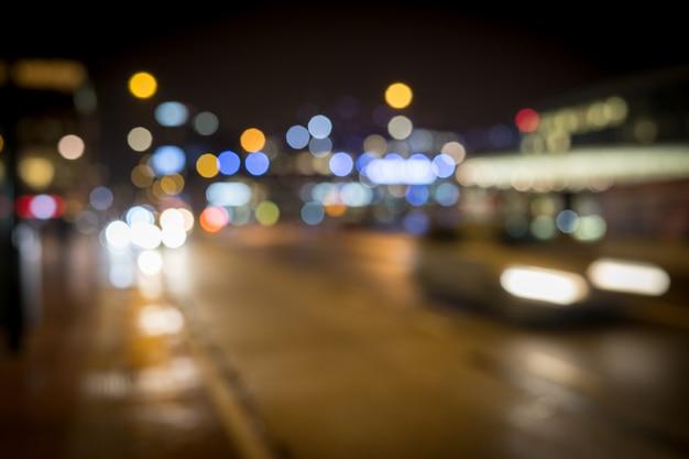 Movimento de carros na cidade chuva noite rua