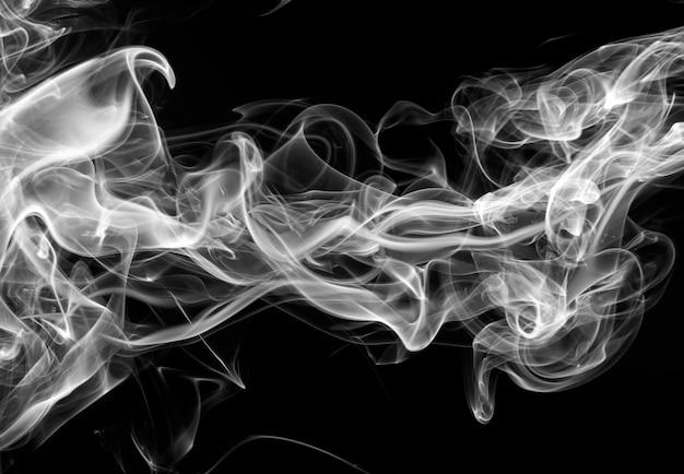 Movimento de design de fogo sobre fundo preto. fumaça branca no escuro