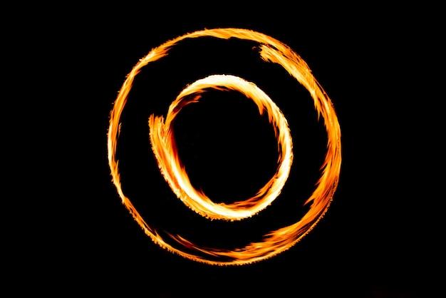 Movimento de fogo show de fogo. desenho abstrato de desempenho noturno
