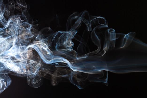 Movimento de fumaça azul e branco abstrato em fundo preto
