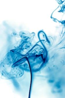 Movimento de fumaça azul sobre fundo branco.