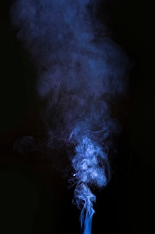 Movimento de fumaça azul sobre fundo preto