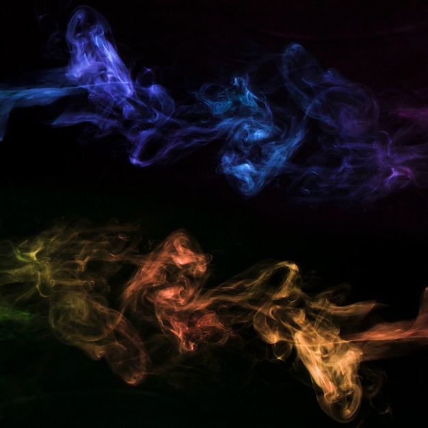 Movimento de fumaça colorida em fundo preto