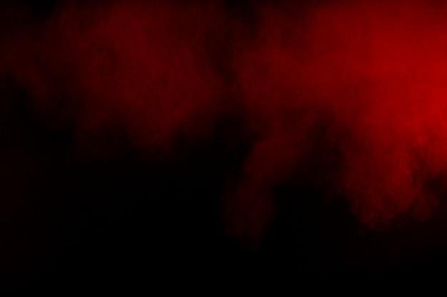 Movimento de fumaça colorida. fumo vermelho abstrato no fundo preto.