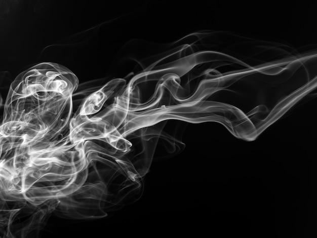 Movimento de fumaça preto e branco sobre fundo preto, conceito de escuridão