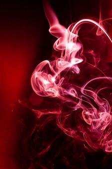 Movimento de fumaça vermelha em preto.