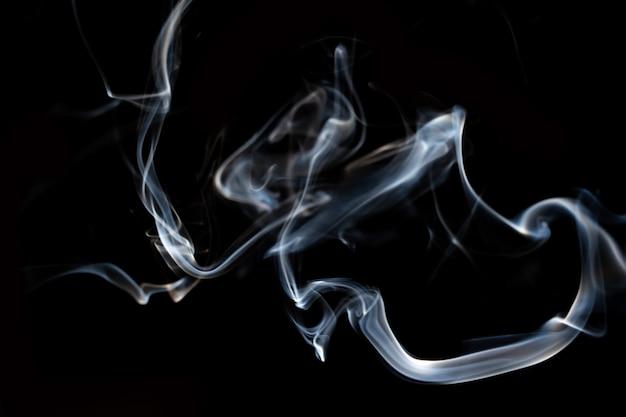Movimento de linha de fumaça abstrata com efeito de luz branca em fundo preto