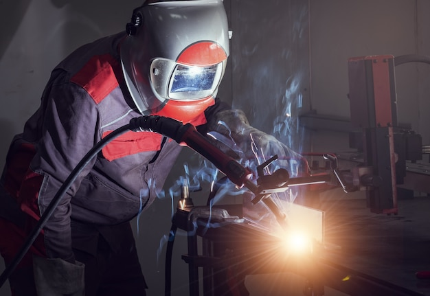 Movimento de robôs de soldagem em uma fábrica de automóveis
