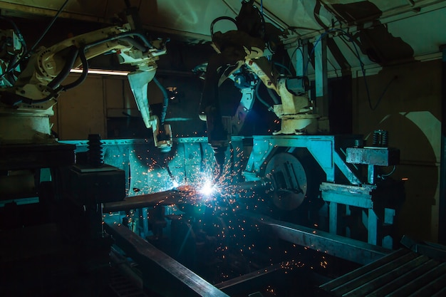 Movimento de soldagem de equipe robô parte automotiva industrial em fábrica