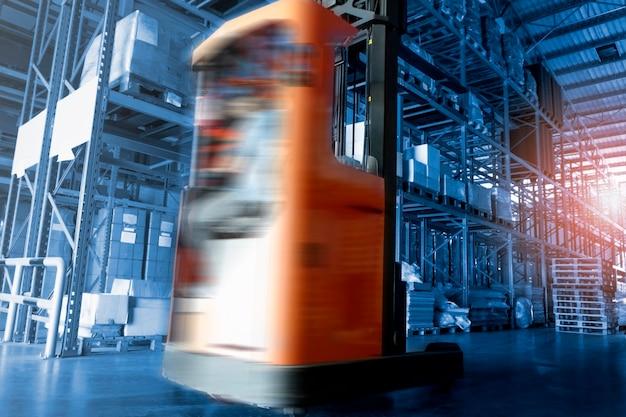 Movimento de velocidade da empilhadeira dirigindo para carregar a carga no armazém de armazenamento