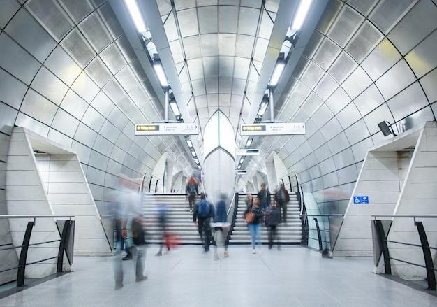 Movimento de viajantes na estação de trem de metrô, londres