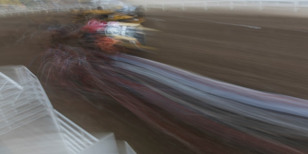 Movimento desfocado de chuckwagon racing no anual calgary stampede, calgary, alberta, canadá