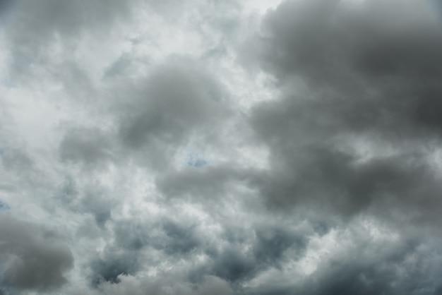 Movimento do céu escuro e das nuvens pretas, nuvem de cúmulo-nimbo dramática antes de chuvoso.