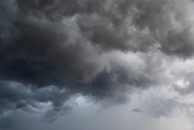 Movimento do céu escuro e nuvens negras, dramática nuvem cumulonimbus com chuvoso